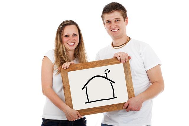 žena a muž s nakresleným domem v dřevěném rámu.jpg