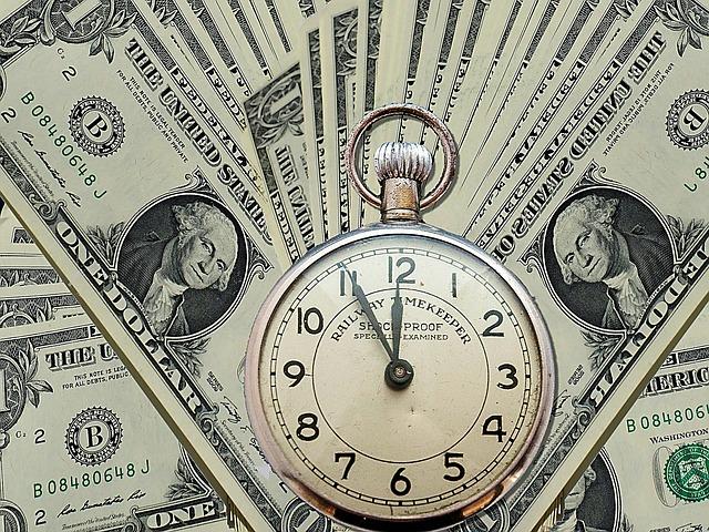 Hodinky s dolarovým pozadím