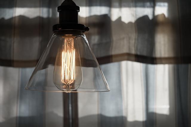 rozsvícená skleněná stropní lampa